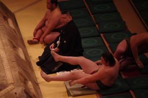 ヘンダーソン(誉錦)の相撲。十両以下で土俵の外が一番暗い(でも面白い)